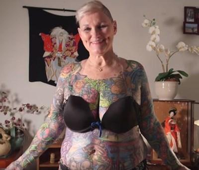 Шарлот Гутенберг от щата Флорида се сдоби с рекорд на Гинес като най-татуираната жена в света, като 98,75 процента от нейното тяло бяха покрити с татуировки Кадър: Youtube