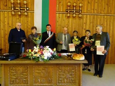 """Кметът Пламен Чернев извърши ритуала по преподписване на брачните свидетелства на """"златните"""" двойки"""