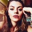 Михаела Филева пее на живо от дома си песни, избрани от почитателите й