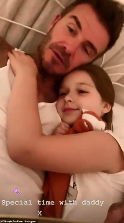 Футболната звезда Дейвид Бекъм чете преди сън на 7-годишната си дъщеря Харпър. СНИМКА: Инстаграм
