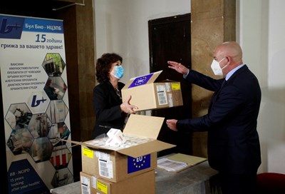 Временната шефка на СРЗИ д-р Илонка Маева дава част от доставените флакони ремдесивир на началника на ВМА ген.- майор Венцислав Мутафчийски. СНИМКА: ВЕЛИСЛАВ НИКОЛОВ