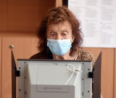 Жена гласува с машина в секция в София на вота на 11 юли.  СНИМКА: АРХИВ