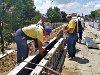 Изпълнителите напредват с работата по укрепването на терена край сградата СНИМКА: Община Велико Търново