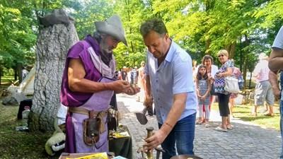 Даниел Панов пробва древни римски занаяти СНИМКА: Община Велико Търново