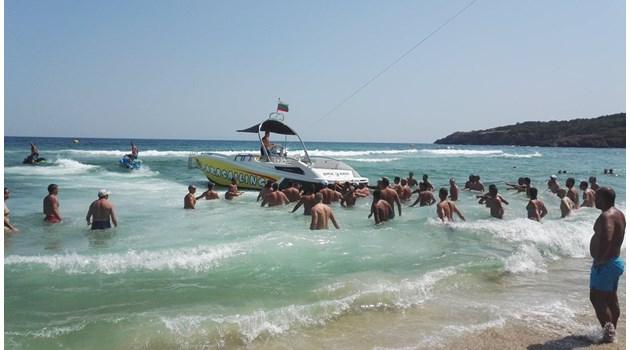 Вятър откъсна парашут с двама души на плаж край Созопол, паднаха в гора (Видео, снимки)