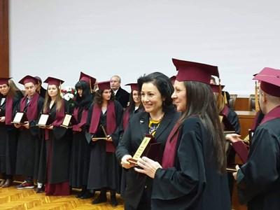 Десислава Танева връчи дипломи на абсолвенти от АУ.