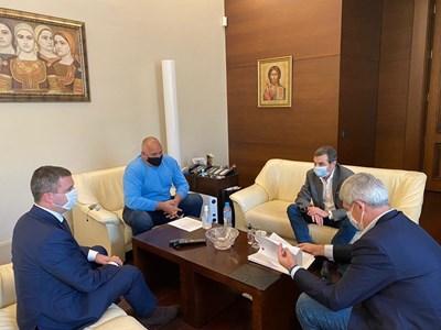 Премиерът Бойко Борисов и финансовият министър Владислав Горанов разговарят с лидерите на двата синдиката Пламен Димитров и Димитър Манолов.  СНИМКИ: МИНИСТЕРСКИ СЪВЕТ