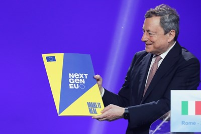 Премиерът Марио Драги показва плана за възстановяване на Италия, след като бе одобрен от Еврокомисията през юни.   СНИМКА: РОЙТЕРС