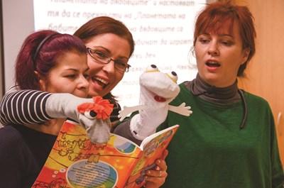 Актриси разиграват приказки в ретро трамвая, а децана се включват в тях.