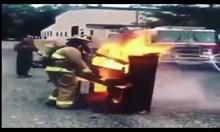 Пожарникар свири на горящо пиано