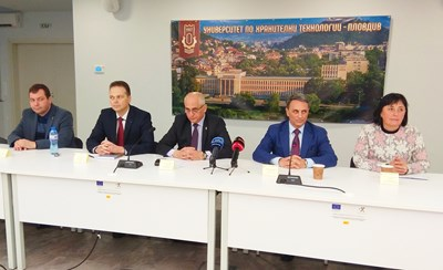 Проф. Пламен Моллов (в средата) представи новите си заместници, които са само доценти. Снимка: Авторът
