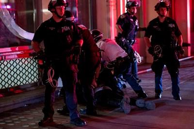 Полицаи от български произход в различни щати също участват в опазването на реда от онези, които превърнаха протестите в грабежи и поголовно рушене. СНИМКА: РОЙТЕРС