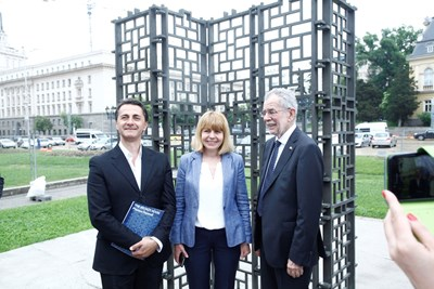 Австрийският президент Александър ван дер Белен и столичният кмет Йорданка Фандъкова със скулптора Пламен Деянофф СНИМКА: Йордан Симeонов