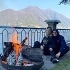 Уанда и Мауро си спретнаха огън на брега