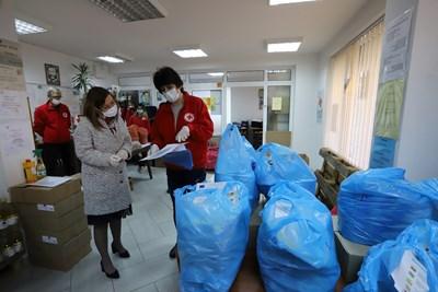 Зорница Русинова се включи като доброволец в раздаването на пакети с храни за нуждаещите се.  Тя занесе храна на 90-годишната баба Марийка, която живее сама.