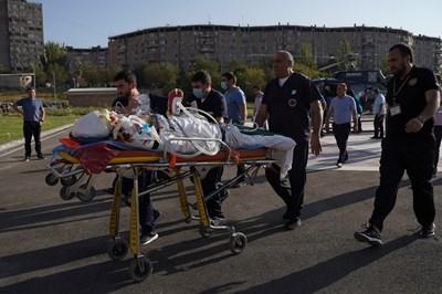 Етнически арменец от Нагорни Карабах е откарван на носилка тежко ранен в сраженията. СНИМКА: РОЙТЕРС