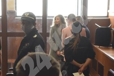 ЛиЛана (в средата) в съда.