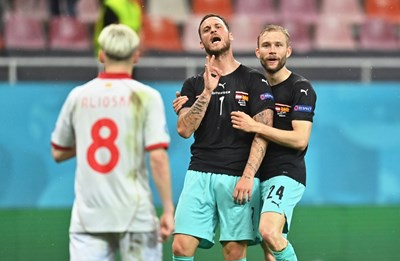 Арнаутович нарежда Езджан Елиоски след гола за 3:1 за Австрия срещу Северна Ирландия. СНИМКА: РОЙТЕРС