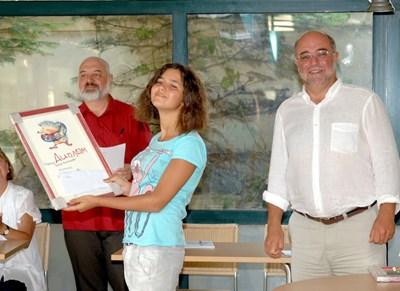 Двама от основните двигатели на конкурса - писателят Бойко Ламбовски (вляво) и социологът Кънчо Стойчев с една от лауреатките