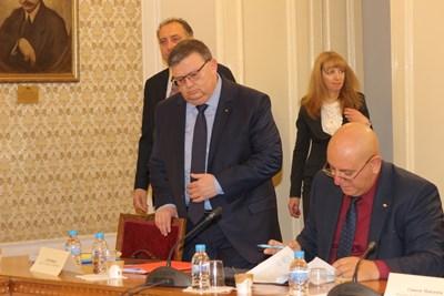 Кандидатурата на Сотир Цацаров беше представена от Емил Димитров-Ревизоро (вдясно). СНИМКИ: РУМЯНА ТОНЕВА