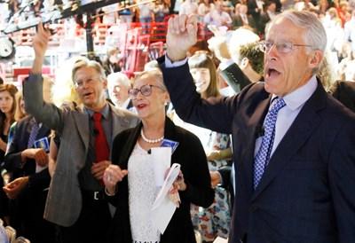 """Членовете на семейство Уолтън (от ляво на дясно) Джим, Алис и Роб по време на годишно събрание на акционерите на """"Уолмарт"""" в Арканзас.  СНИМКИ: РОЙТЕРС"""