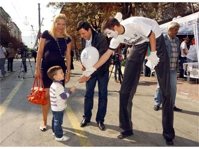 Акробати на кокили раздадоха заедно с Николай Пехливанов балони, тениски и шапки на столичани за старта на кметската кампания. СНИМКА: ГЕРГАНА ВУТОВА