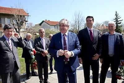 Посланикът на Русия в София Анатолий Макаров почете Деня на космонавтиката, като поднесе цветя на паметника на Юрий Гагарин в Банкя. След това той отговори на въпроси на журналисти. СНИМКА: Румяна Тонeва