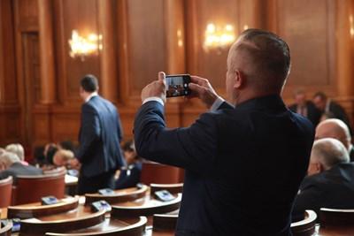 """Депутатът от """"Обединени патриоти"""" Атанас Стоянов снима своя колега Калин Поповски, който се изказва от трибуната по време на дебатите. СНИМКА: Румяна Тонeва"""