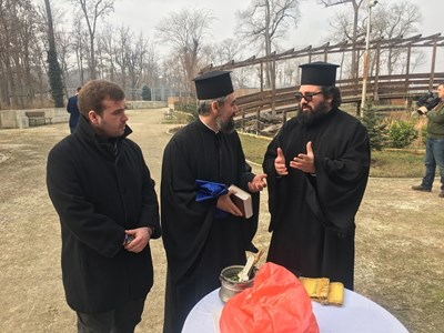 """Свещениците ППантелеймон и Георги се включиха в гонитбата на """"зли зелени сили"""". Снимки: Авторът"""