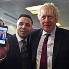 Борис Джонсън се снима с привърженик на консерваторите.