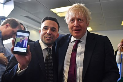 Борис Джонсън се снима с привърженик на консерваторите. СНИМКА: РОЙТЕРС