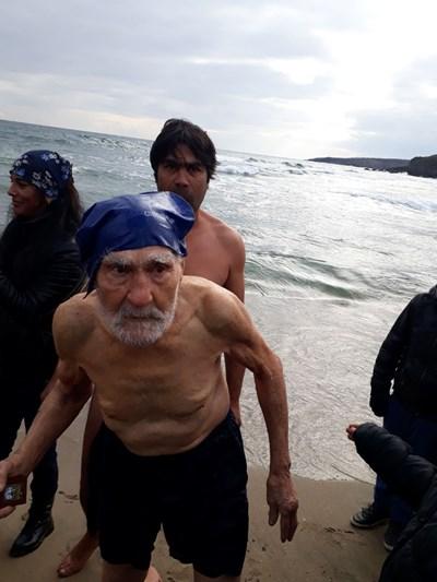 93-годишният Янко Янков излиза от морето с кръста. Снимки:Роси Чанева