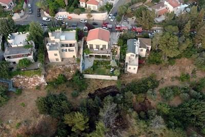 Нанесени са щети на къща на петнайсетина километра от Йерусалим, но няма пострадали израелци. СНИМКА: РОЙТЕРС