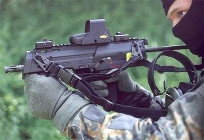"""Въпреки че тежи малко повече от обикновен пистолет, МП-7 е 5 пъти по-мощен. СНИМКИ:""""ХЕКЛЕР И КОХ"""""""