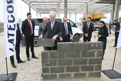 Френския посланик Ерик Льобедел положи тухла в градежа на новия завод СНИМКА: Евгени Цветков