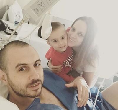 Георги Братоев се снима със съпругата си Пламена и сина им Георги след операцията.