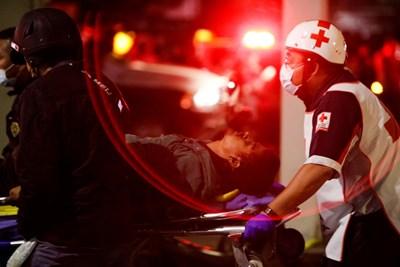 19 са вече загиналите при рухването на надлез на метрото в Мексико, докато влак е минавал по него СНИМКА: Ройтерс
