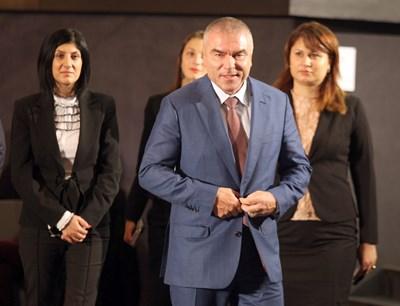 """Лидерът на партия """"Воля"""" Веселин Марешки със свои съратнички в нощта след изборите"""