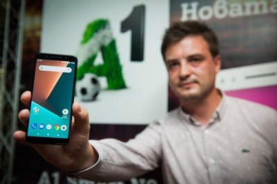 """Александър Кръстев - старши мениджър """"Устройства и аксесоари"""" в А1 показва първия смартфон с името на телекома."""