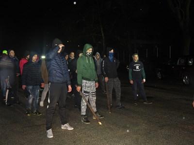 Разгневени младежи със сопи  стигнаха в четвъртък вечерта  до циганската махала. СНИМКА: Дима Максимова