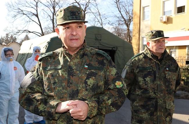"""Ген. Мутафчийски в бойна униформа. Неговата е с новите пикселирани петна.  СНИМКИ: """"24 ЧАСА"""""""