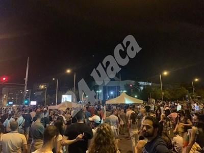 Палатките на кръстовището пред Румънското посолство от снощи