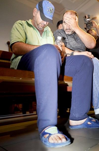 Пламен Шляпашки и Георги Нанчев  (с шапката) криеха лицата си в Софийския градски съд. СНИМКА: Десислава Кулелиева