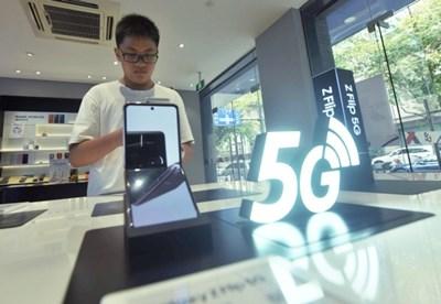 Производителите на смартфони наблягат все повече на сгъваемите екрани, които могат да се използват като телефони и като таблети СНИМКА: Радио Китай