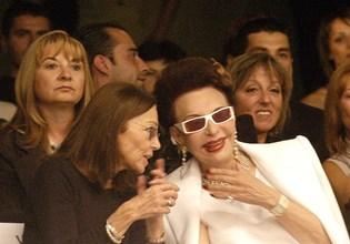 Джулия Бул (вдясно) с царица Маргарита на ревю на Евгения Живкова през 2006 г.