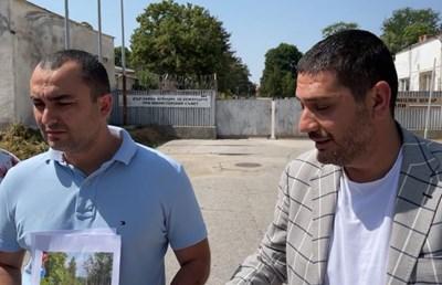 Пред лагера депутатите от ГЕРБ Христо Гаджев и Александър Иванов поясниха, че ще проверят дали се упражнява контрол от страна на МВР и Бойко Рашков. Кадър и видео Фейсбук/ГЕРБ