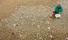 40 млрд. часа годишно губят жените от бедните страни, за да носят вода, вместо да работят