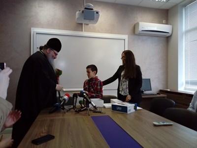 Варненският и Великопреславски митрополит Йоан дари инсулинова помпа на 9-годишния Георги.  СНИМКА: Авторката