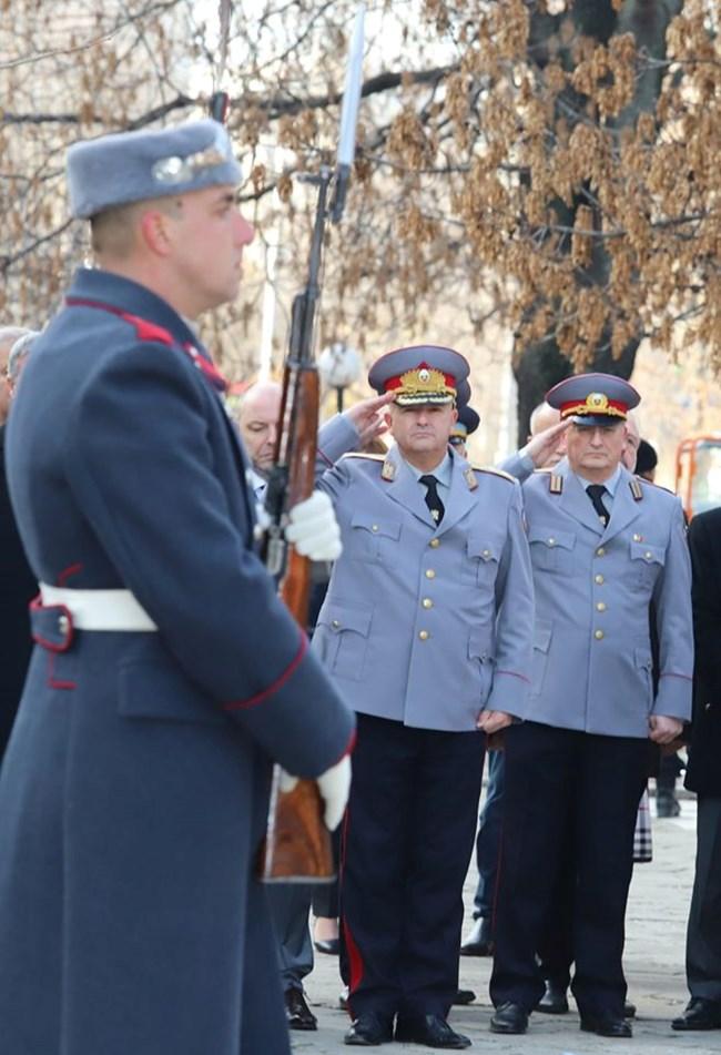 Парадната униформа на генералите е гълъбова.