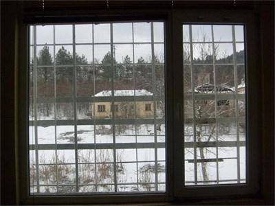 Пейзаж на квадрати през прозорец на отделението.  СНИМКИ: АВТОРЪТ